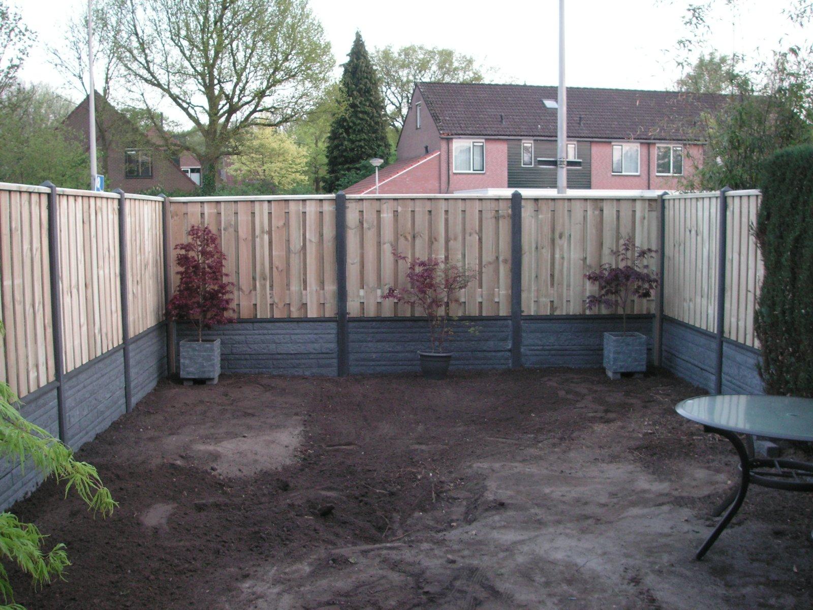 Aanleg tuin en de koi vijver for Schutting tuin